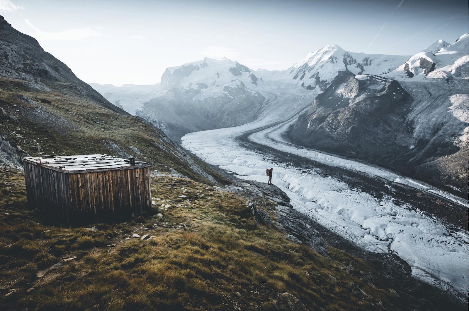 Josh Kempinaire est un photographe et graphiste et habite en Valais, en Suisse. Il a commencé sa carrière en étudiant la géographie à l'université mais s'est vite rendu compte qu'il appartenait à une vie plus créative.  Lire la suite